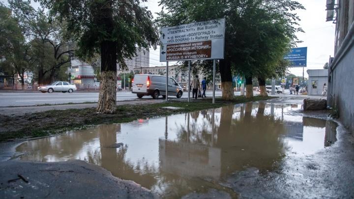 В центре Волгограда разлилась пережившая ЧМ-2018 историческая лужа
