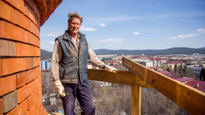 «Пока сам не увижу Бога, буду сомневаться»: каменщик из Магнитогорска в одиночку строит храм