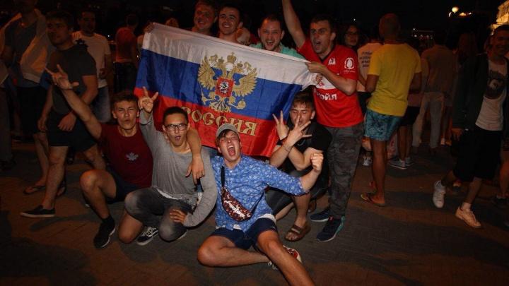 Срывают голоса и гуляют по улицам: как челябинцы отметили победу сборной России