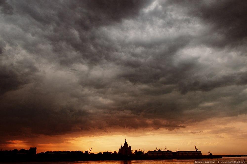 Надвигающийся на Нижний Новгород дождь отнюдь не портит вид города