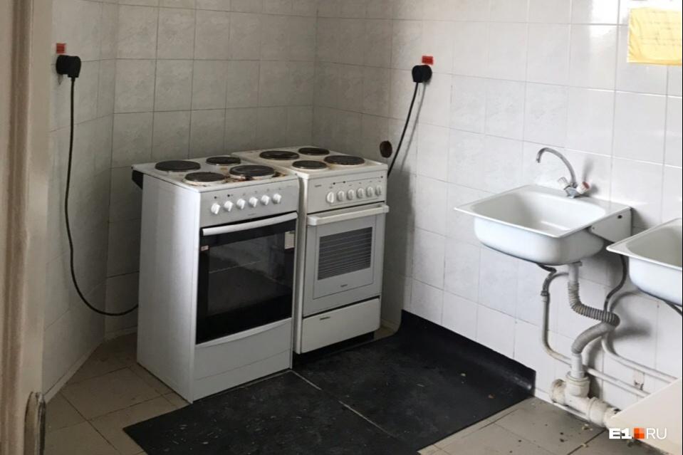 Кухня в общежитии УрГЮУ на Колмогорова, 52