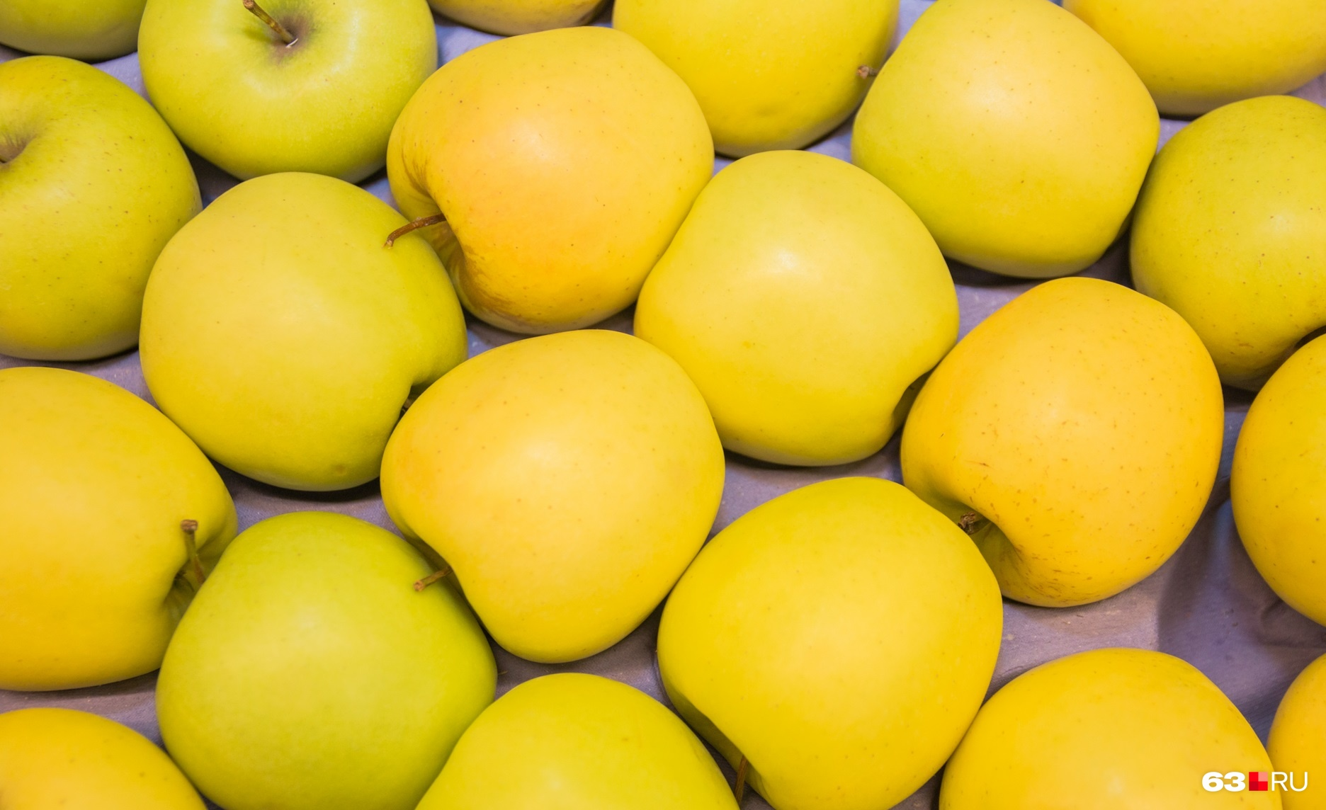 Некоторые считают, что зубы можно почистить яблоком