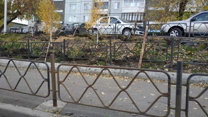 «Не пытайтесь сбежать»: тротуары на Республики обнесли тройным рядом заборов