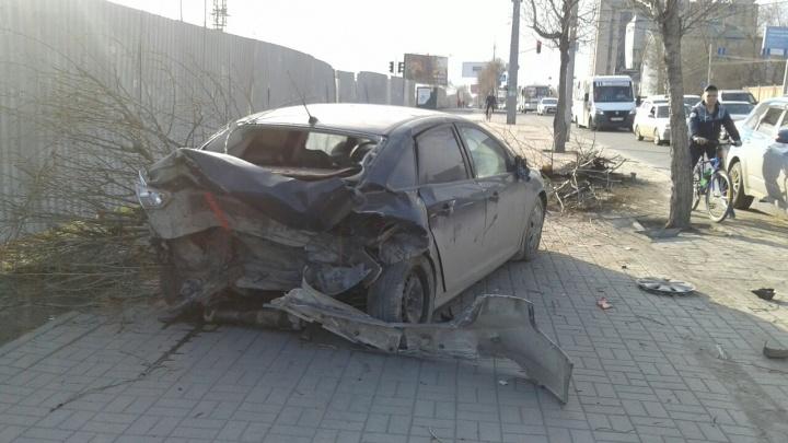 Водитель Hyundai протаранил Ford в Октябрьском районе и уехал на скорой помощи