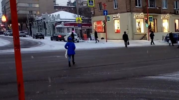На центральных перекрёстках Красноярска пешеходы начали переходить дорогу по диагонали