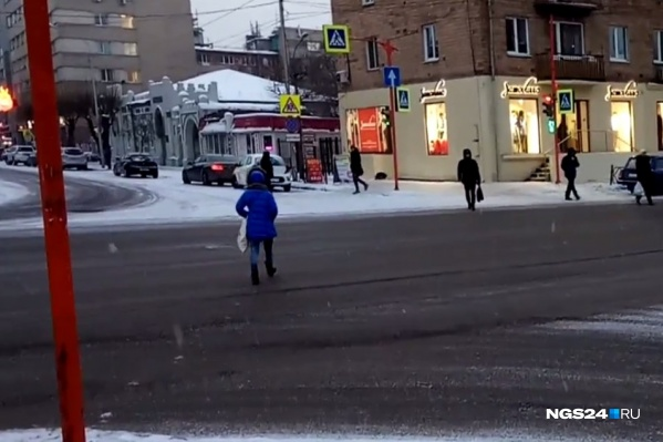 На улице Карла Маркса после ремонта меняют фазы работы светофора, чем пользуются спешащие пешеходы