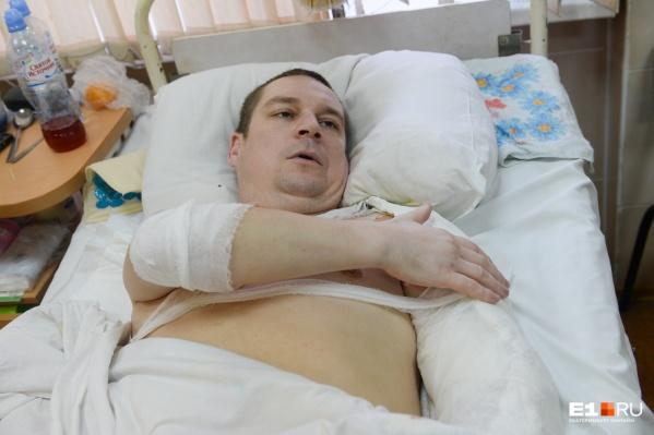 Андрею уже сделали операции на левом плече, правом бедре и левой голени