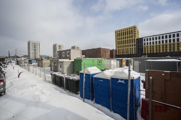 Сейчас на зарезервированном участке можно увидеть строительный городок