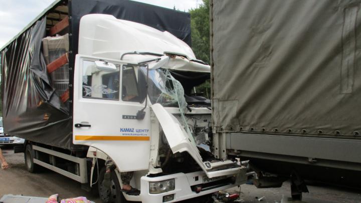 От удара выбило стекло: в Ярославском районе столкнулись два грузовика