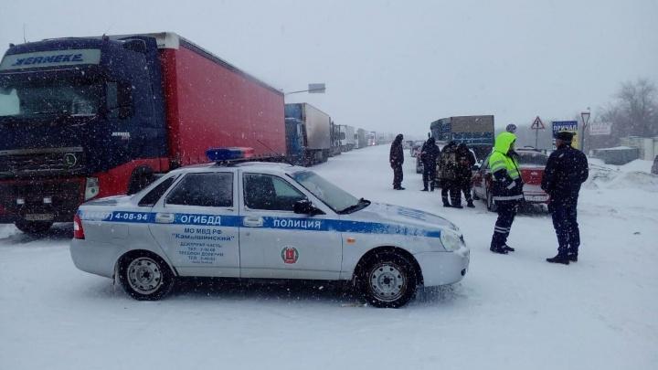 В Волгоградской области из-за сильной метели до конца дня закрыли трассу Р-228
