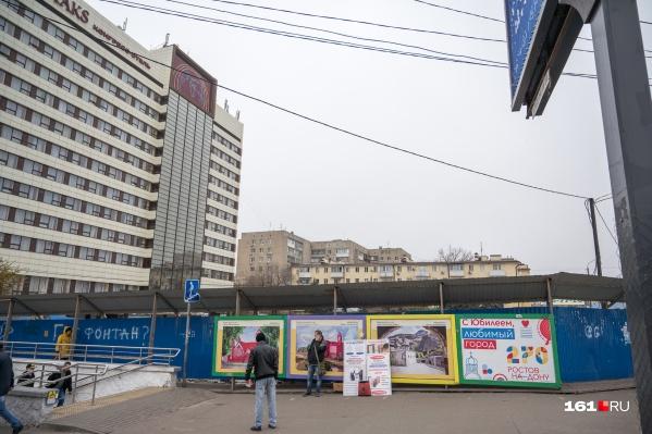 О судьбе площадки перед отелем пытаются решить уже несколько лет&nbsp;<br>