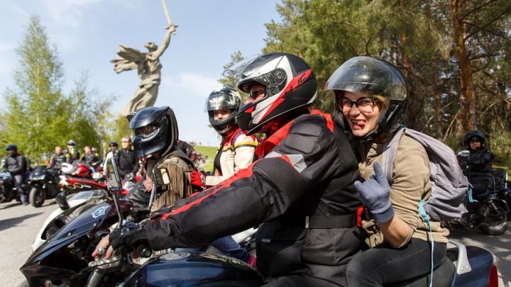 По центру города: волгоградские байкеры проводят сезон шумным мотопробегом