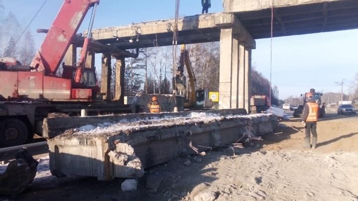У Кольцово начали сносить старый автомобильный мост, который невозможно отремонтировать