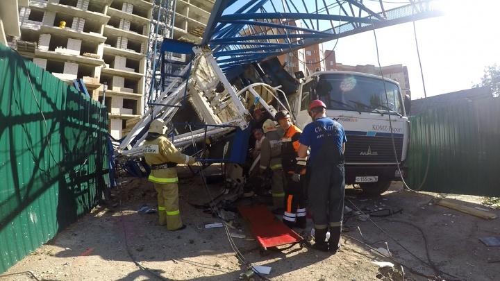 В Ярославле двух рабочих придавило строительным краном: кадры спасательной операции