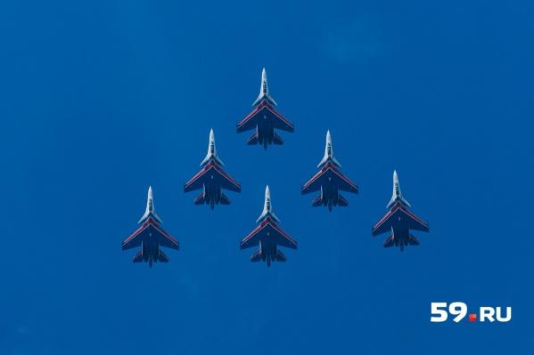 Ключевым событием фестиваля стало выступление группы «Русские витязи». На фото летчики построили в небе в фигуру «пирамида»
