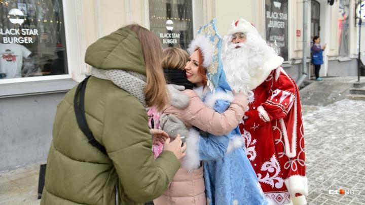 Деды Морозы и Снегурочки проехались в метро и подняли екатеринбуржцам настроение: смотрим яркие фото