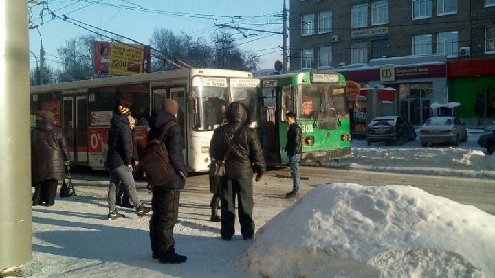Проспект Маркса встал в пробку из-за автобуса и троллейбуса