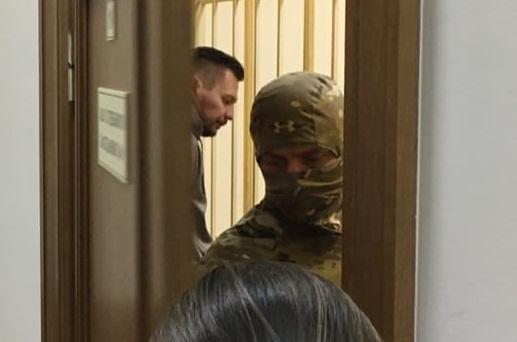 «Я был сонный, люди ходили по квартире»: во время ночных обысков у Рината Бадаева нашли деньги и оружие