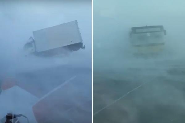 Машины не могут передвигаться по дороге из-за плохой видимости