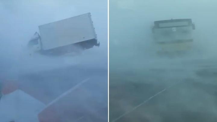«В кювете валяются машины»: в Норильске опубликовали шокирующее видео с ураганным ветром