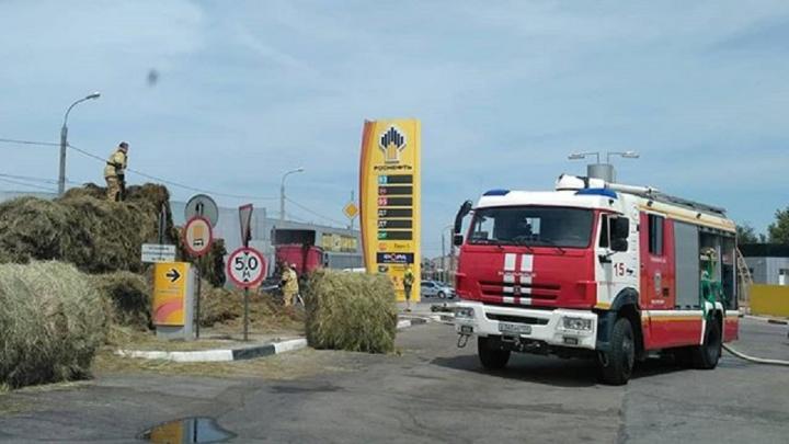В Волгограде рядом с заправкой задымились стога сена