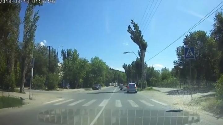 В Волжском пенсионер на «Приоре» сбил на переходе 24-летнюю лейтенанта полиции: видео