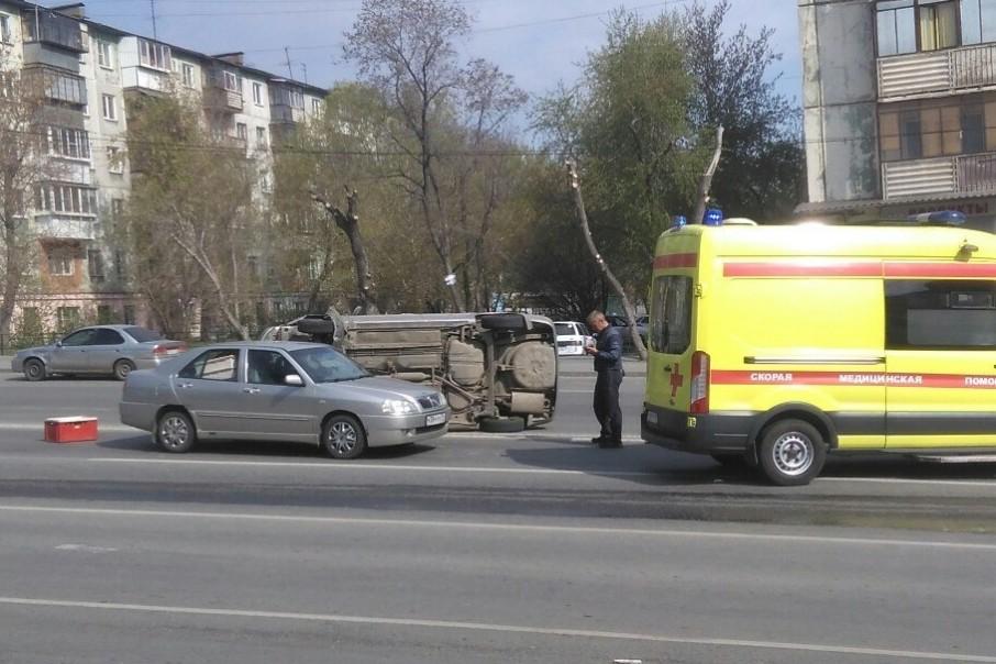 В Челябинске после ДТП иномарка опрокинулась набок