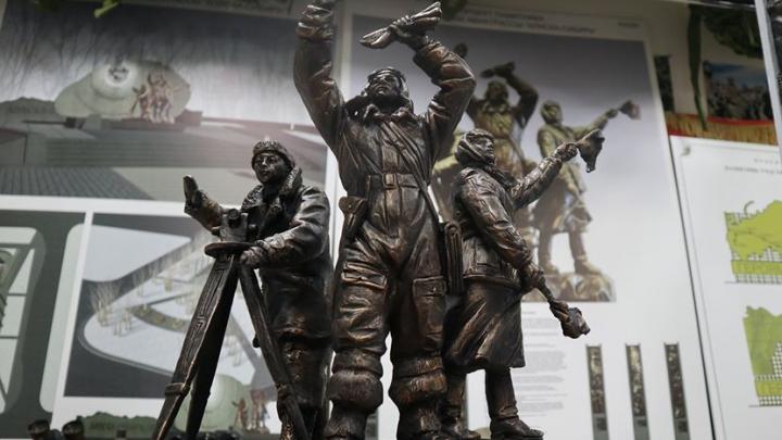 Показаны эскизы памятника героям авиатрассы Аляска — Сибирь у автовокзала