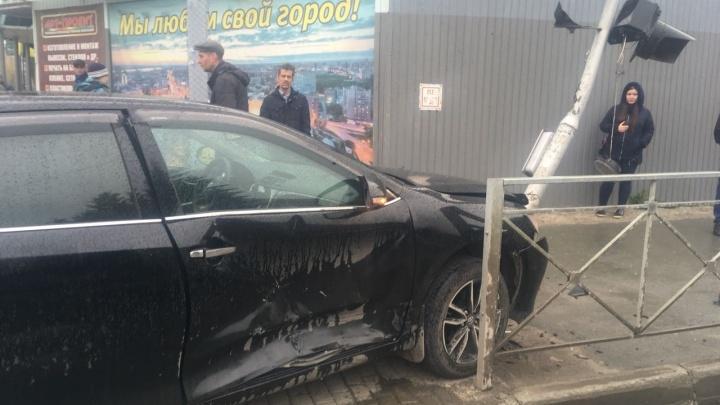 «Тойота» снесла светофор возле администрации Дзержинского района: на скорой увезли трёх человек