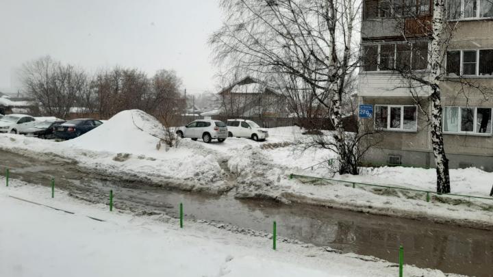 «Невозможно перейти без резиновых сапог»: около многоэтажки на Тульской образовалась огромная лужа