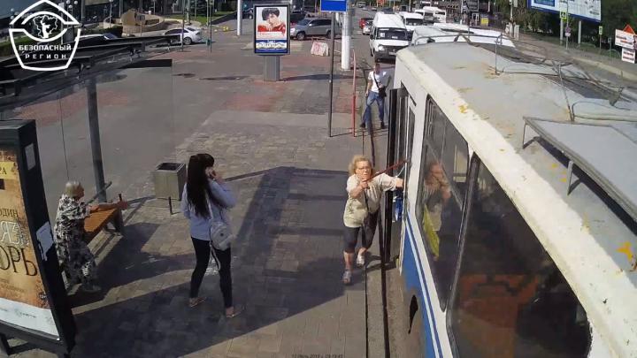 «Кричала и била бадиком в стекло»: пенсионерку зажало дверью троллейбуса в Волгограде