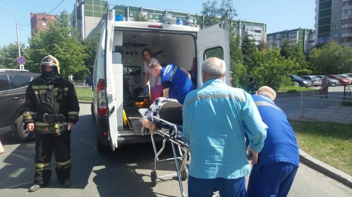 Одну из пострадавших уносили в карету скорой на носилках
