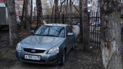 «Я паркуюсь, как…»: любители газонов, ездоки по тротуарам, автохамы у «Семьи» и другие нарушители