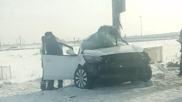 Под Челябинском KIA вылетела с трассы и врезалась в электроопору