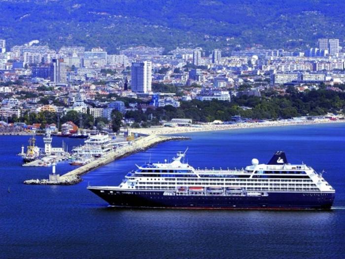 Круизное судно Minerva проплывает мимо портов Варны