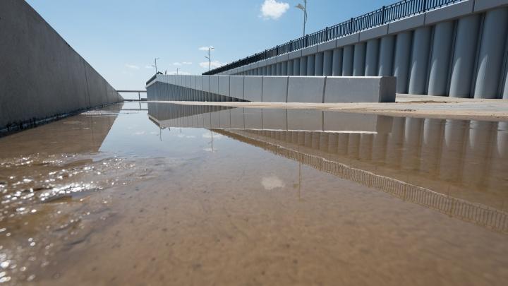 «Рабочие специально сбросили воду»: подтопленную набережную Волгограда спасли от потопа