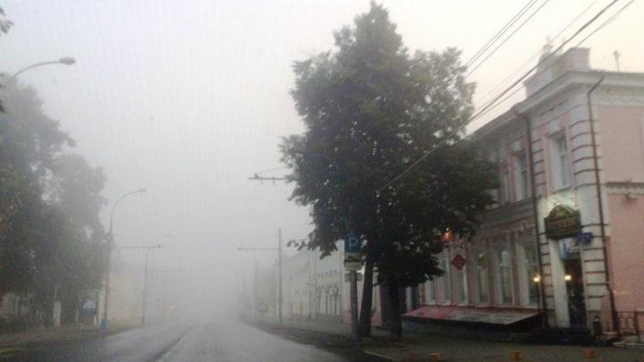 Осторожнее на дорогах: МЧС предупредило жителей Прикамья о тумане