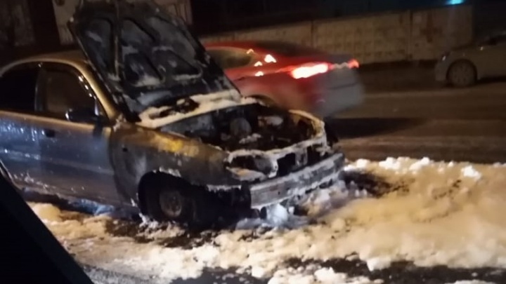 Сначала заглох, а потом вспыхнул: на Шефской сгорел Chevrolet Lanos