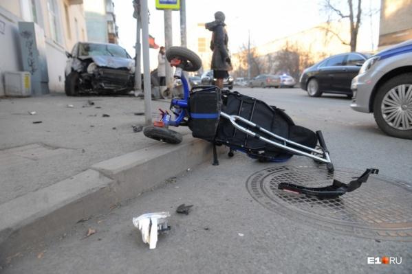 Автомобиль сбил маму с малышом, шедших по тротуару