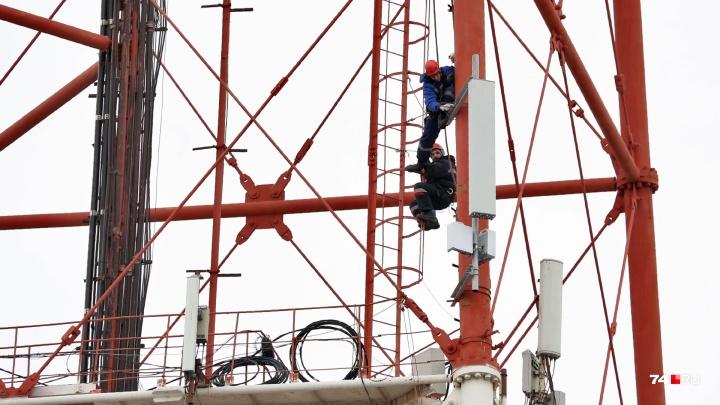 В красно-белых огнях: смотрим, как обновляют челябинскую телебашню на высоте в 72 метра