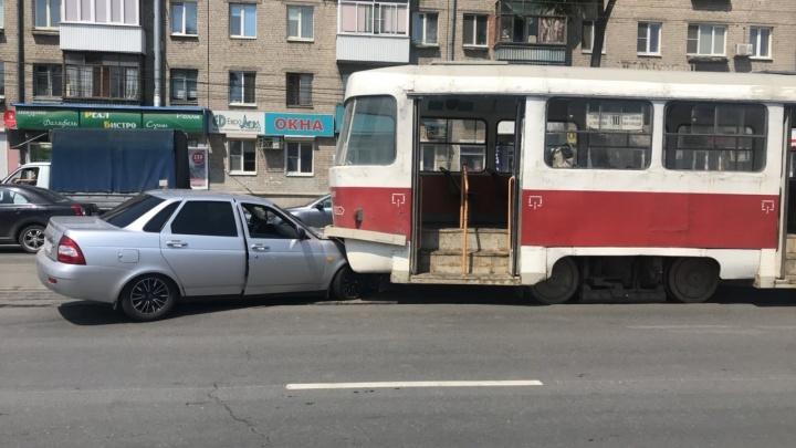 «Уходил от удара»: водитель «Приоры» залетел под трамвайвозле «Вива Лэнда»