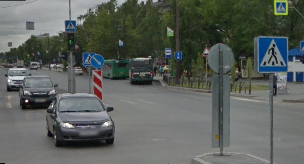 По предварительной версии, мальчик перебегал дорогу на красный, но нарушить ПДД мог и водитель