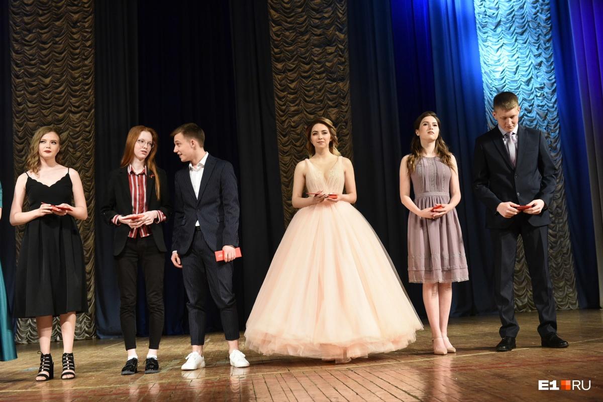 Для выпускного вечера девушки выбирали платья в пол с пышными юбками