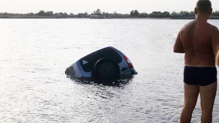 Ростовчанин утопил внедорожник в Голубом озере