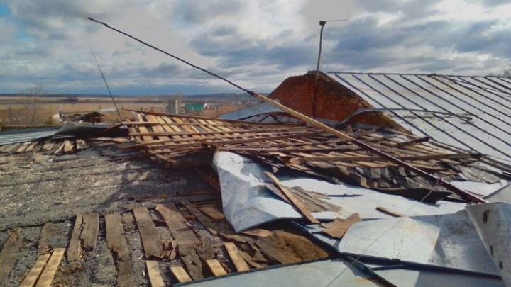 Штормовой ветер сорвал крышу школы в Башкирии
