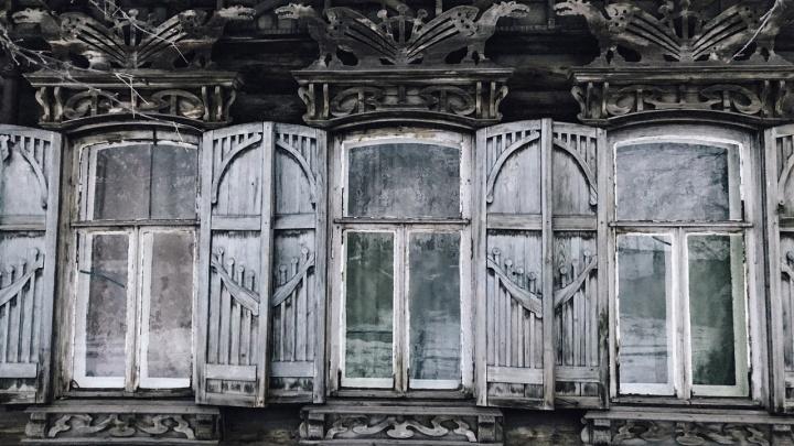 История дома с драконами: на улице Мичурина разваливается памятник архитектуры, в котором живут люди