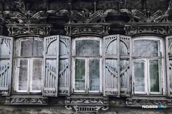Ставни дома украшены то ли грифонами, то ли драконами