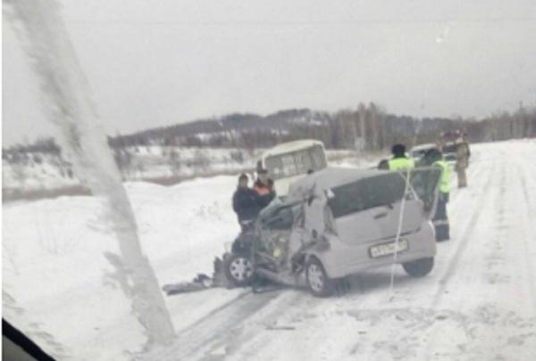 Еще одна смертельная авария на заснеженной трассе. Автобус с пассажирами влетел в иномарку