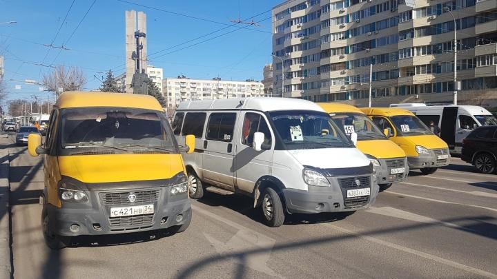 Забастовка маршрутчиков: водители заблокировали проезд в центре Волгограда
