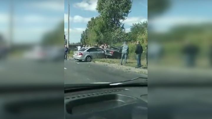 Кузов повело — стекла выбило: в Тольятти «Форд» снёс «семерку» с дороги